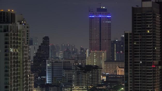 Timelapse das luzes das janelas piscando na noite em banguecoque, tailândia