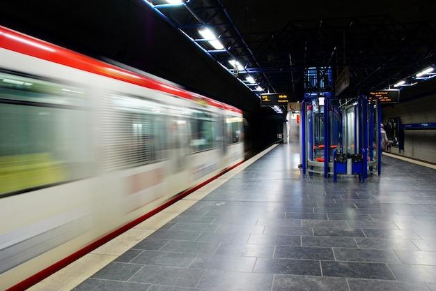 Timelapse de um trem de metrô em movimento a uma hora tardia
