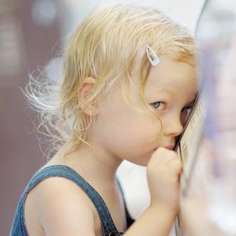 Tímido pequeno retrato de menina em um café