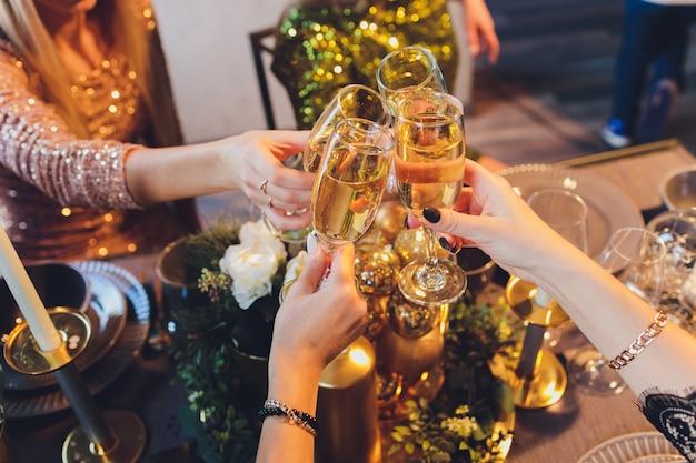 Tinindo copos com álcool e brindando, festa.
