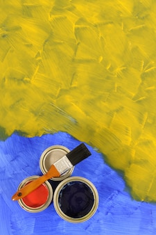 Tinta amarela e azul com latas de tinta
