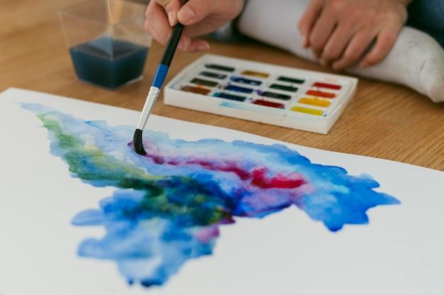 Tinta aquarela e paleta de cores