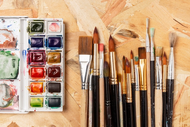 Tinta aquarela e pincéis
