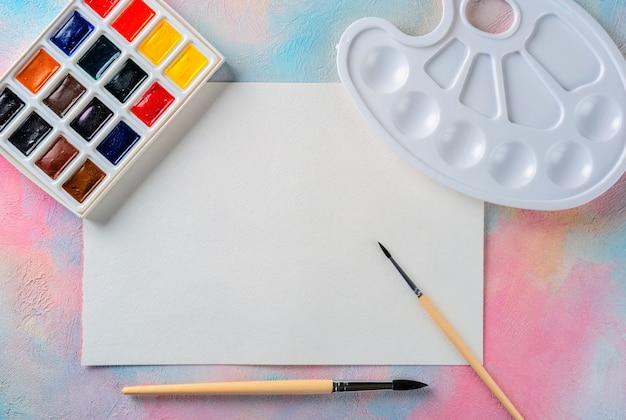 Tinta aquarela, tela, pincéis e paleta