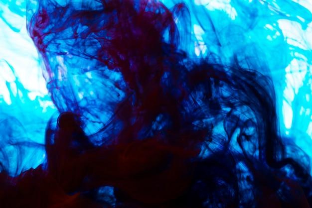 Tinta azul brilhante redemoinhos debaixo d'água
