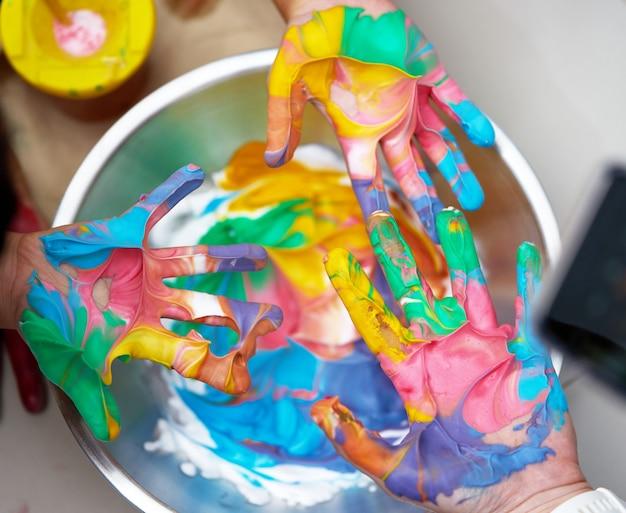 Tinta colorida à mão antes de imprimir com diversão