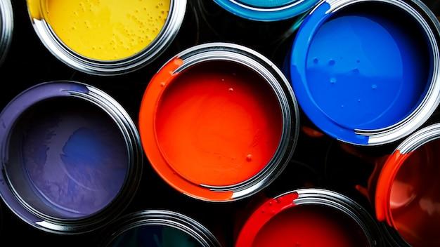 Tinta colorida de um balde de metal. vista do topo