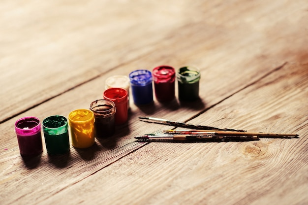 Tinta de cor diferente no fundo de madeira