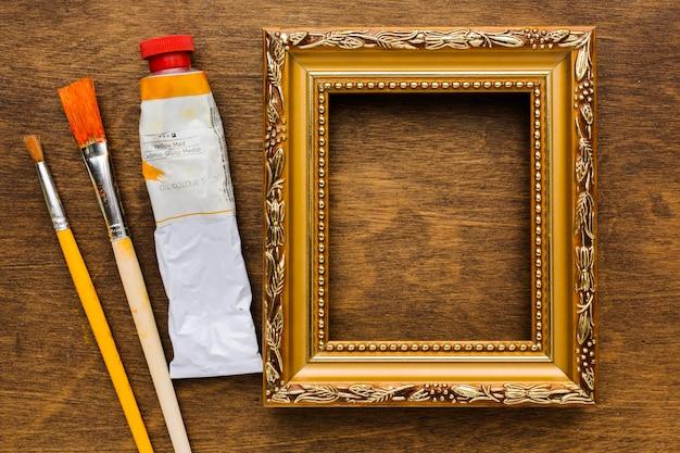 Tinta e pincéis com moldura vazia