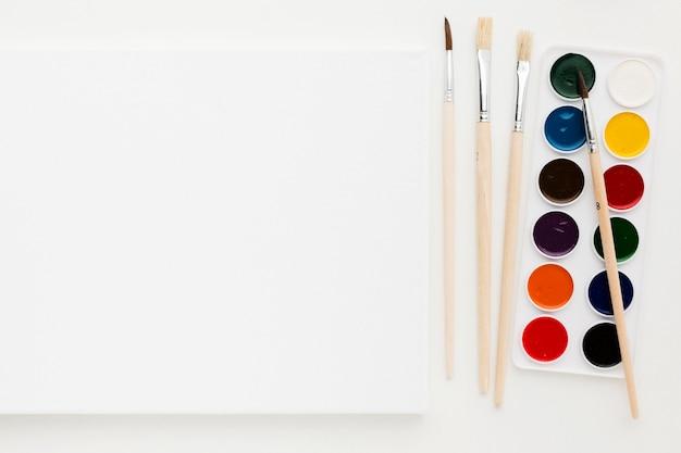 Tinta e pincéis copiam espaço