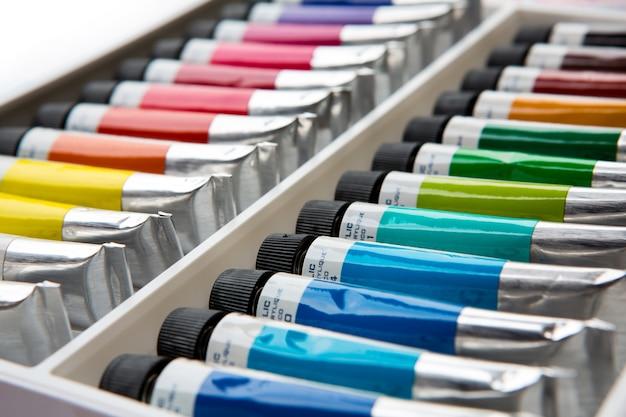 Tintas acrílicas coloridas em tubos