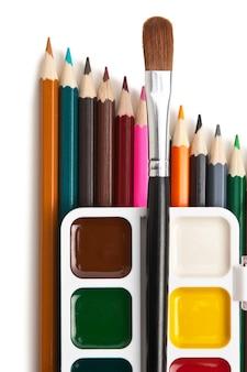 Tintas aquarela e lápis de cor isolados