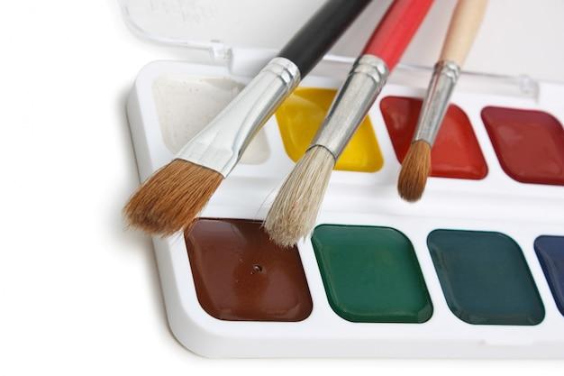 Tintas aquarela e pincéis isolados em um fundo branco
