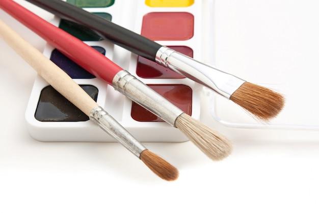 Tintas aquarela e pincéis isolados