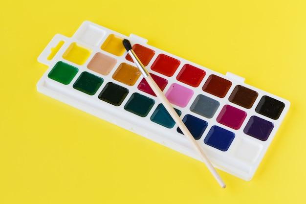 Tintas aquarela em uma caixa com um pincel
