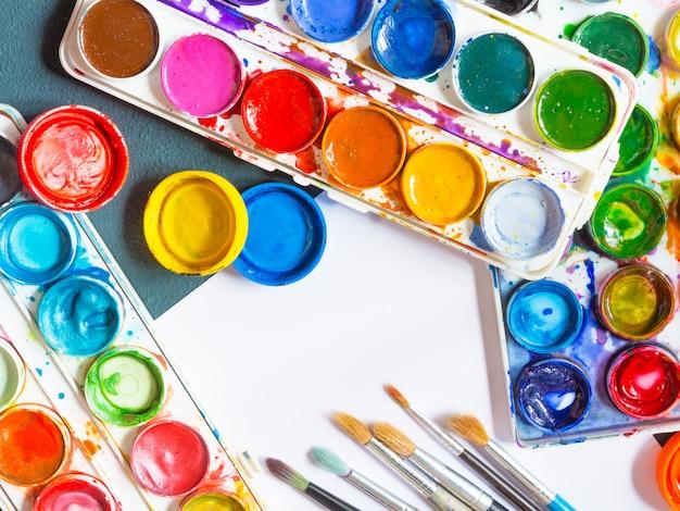 Tintas aquarela, pincéis artísticos, paleta de acessórios para o artista