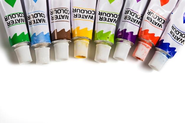 Tintas aquarela secas em tubos isolados.