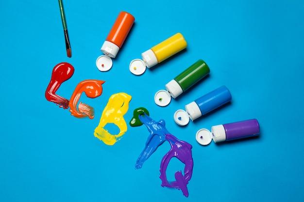Tintas coloridas com abreviatura lgbtq na cor