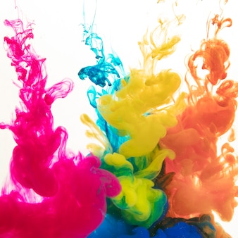 Tintas coloridas que se difundem na água
