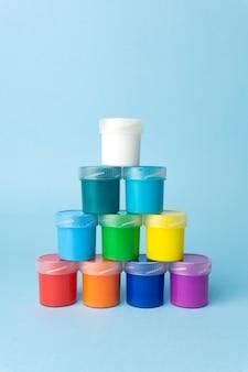 Tintas coloridas sobre um fundo azul claro. tintas de cores brilhantes para desenho