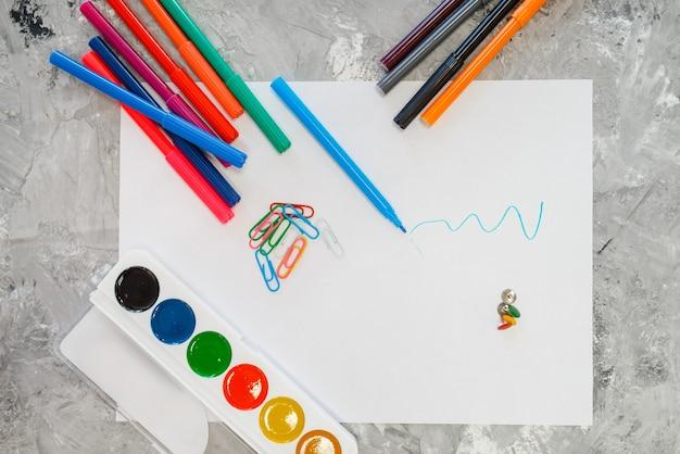 Tintas e lápis na mesa de papelaria