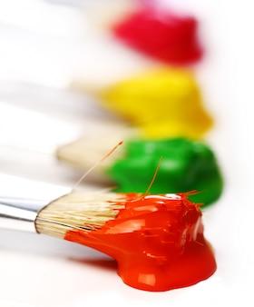 Tintas e pincéis coloridos Foto gratuita