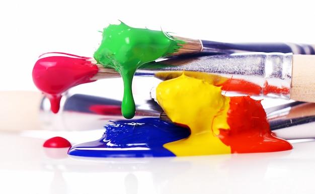 Tintas e pincéis coloridos