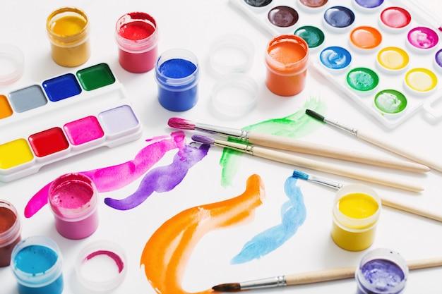 Tintas e pincéis em papel