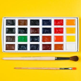 Tintas e pincéis multicoloridos