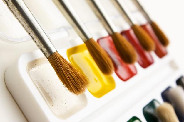 Tintas e pincéis para aquarela