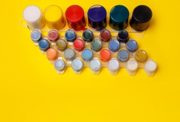 Tintas multicoloridas para desenhar. tintas para os dedos. escola de artes