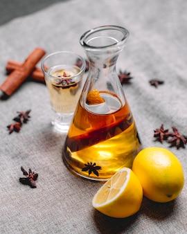 Tintura com anis canela beber vista lateral de casca de limão