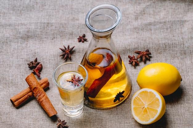 Tintura com anis de limão canela bebida casca de limão vista lateral