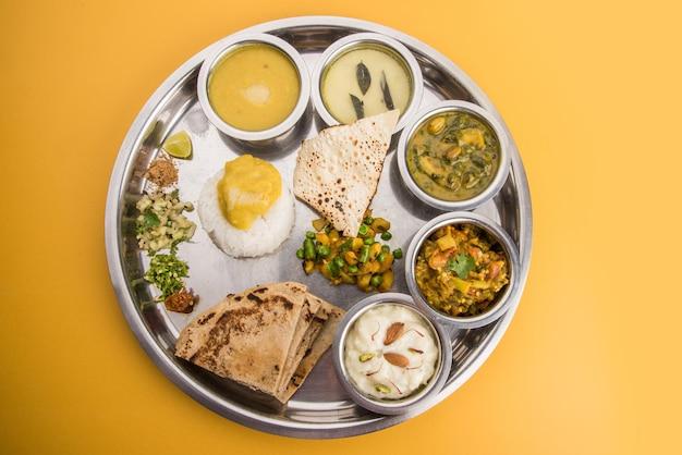 Típico prato de comida maharashtrian saudável ou thali cheio de nutrientes, foco seletivo