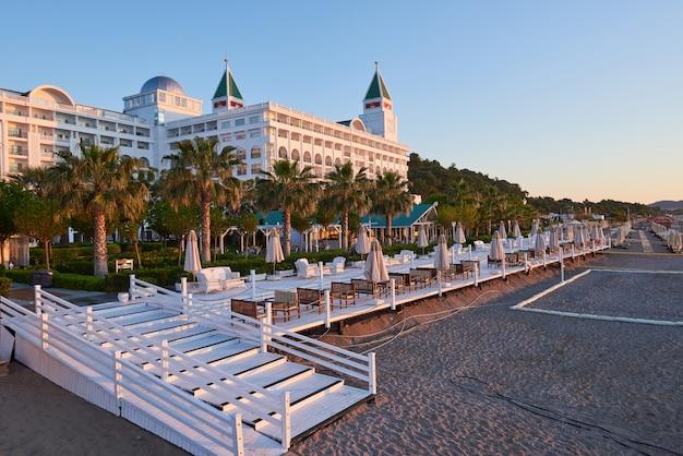 Tipo complexo de entretenimento. o popular resort com piscinas e parques aquáticos na turquia. hotel de luxo. recorrer.