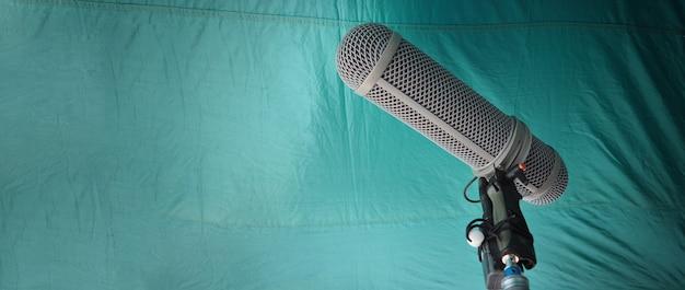 Tipo de haste do microfone. microfone gravador de som e tripé. microfone profissional de gravação de áudio digital para fazer filmes ou produção de filmes de vídeo. proteção contra vento no microfone boom. indústria cinematográfica
