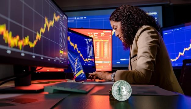 Tipo de investidor feminino corretor asiático no computador laptop estudo gráfico gráfico