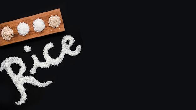 Tipo diferente de arroz cru e texto em fundo preto