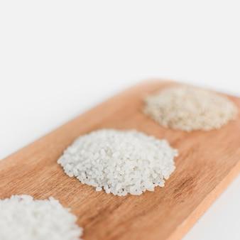 Tipo diferente de arroz na bandeja de madeira