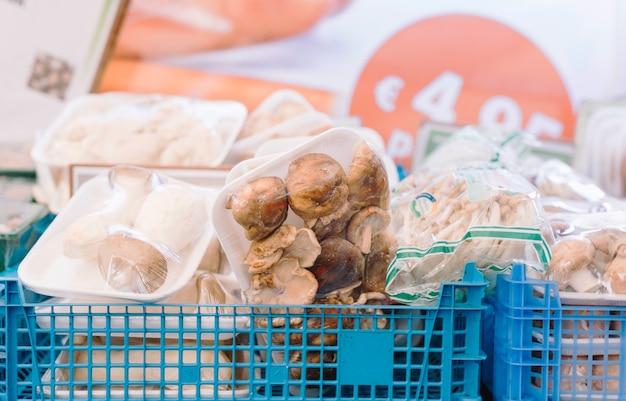 Tipo diferente de cogumelos embalados em caixa azul