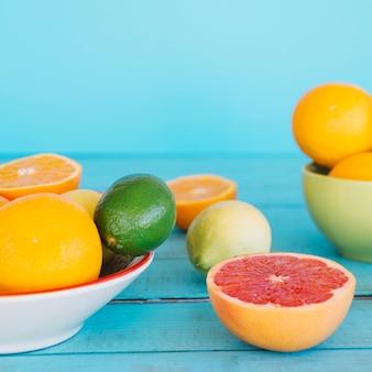 Tipo diferente de frutas cítricas saudáveis na mesa de madeira