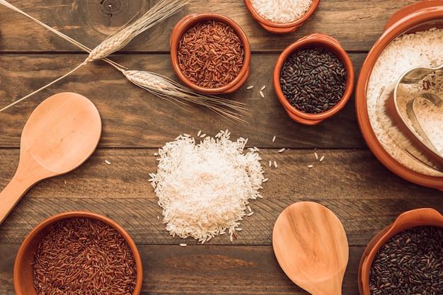Tipo diferente de grão de arroz orgânico na mesa de madeira