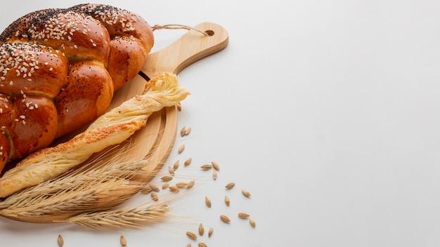 Tipo diferente de pão na placa de madeira
