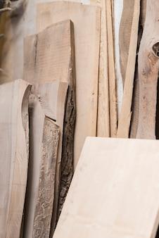 Tipo diferente de pranchas de madeira na oficina