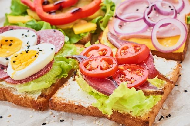 Tipo diferente de sanduíche em um fundo branco