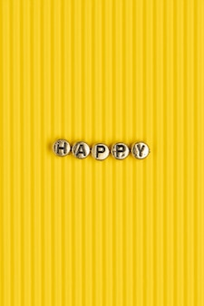 Tipografia de letras de contas douradas da palavra feliz
