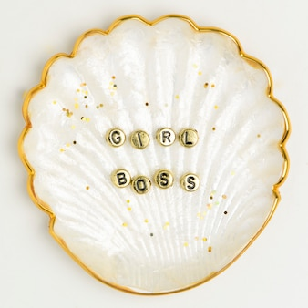Tipografia de miçangas em concha de ouro