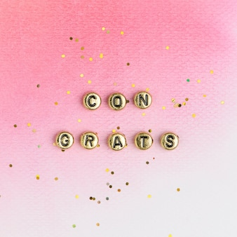 Tipografia de texto de contas de parabéns ouro em rosa