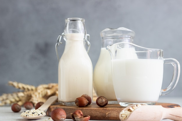 Tipos alternativos de leites em garrafas de vidro. leite vegano sem leite.