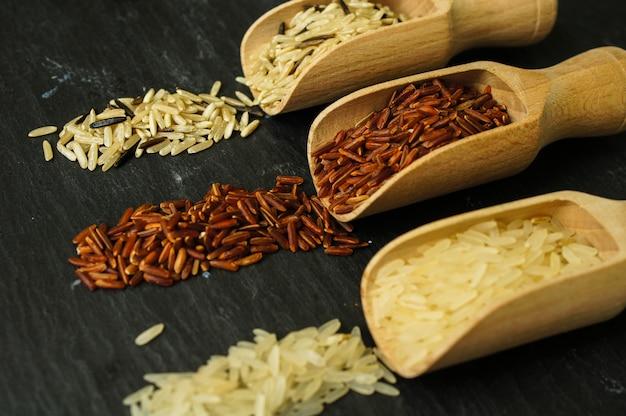 Tipos de arroz em colheres de pau